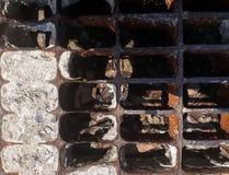 Die Metallabdeckung für die Entwässerung auf der Straße Stockfoto