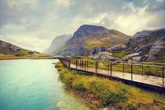 Die Metallbahn entlang dem Fluss Lizenzfreies Stockfoto
