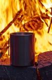 Die Metallschale sind- nahes Lagerfeuer stockfoto