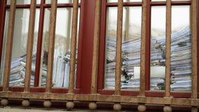 Die Metallstangen auf dem Fenster Stockfotos