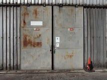 Die Metalltür einer alten Halle Stockfoto