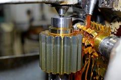 Die Metallwelle Säubern Sie glänzende Oberfläche, Schnitt von Zahnkeilen Flache Schärfentiefe Nahaufnahme des Öls Stockfoto