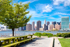 Die Midtown Manhattan Skyline an einem Sommertag lizenzfreies stockbild