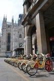Die Miet-citybikes, die AUSSTELLUNG Mailand 2015 eingebrannt werden, werden an der Station nahe Duomo von Mailand geparkt stockbilder