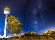 Die Milchstraße über einem Wasserturm mit Sternen Stockfotografie