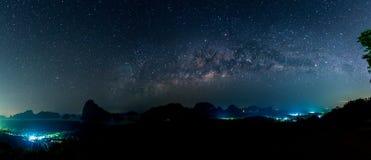 Die Milchstraße über moutain und Ozean Thailand stockfoto