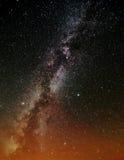 Die Milchstraße über orange Leuchten Lizenzfreies Stockbild