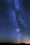 Die Milchstraße spielt Nachtlandschaft die Hauptrolle Lizenzfreie Stockfotos