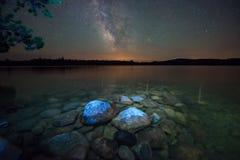 Die Milchstraße und der See stockfoto