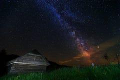 Die Milchstraße und die alte hölzerne Hütte, Siebenbürgen, Rumänien, Europa Lizenzfreies Stockfoto