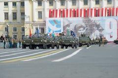 Die Militärspalte von Autos UAZ-469 geht zum Palast-Quadrat Wiederholung der Victory Day-Parade in St Petersburg lizenzfreies stockfoto