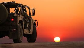 Die Militärpatrouille hat auf der kämpfenden Aufgabe verlassen Stockfoto