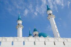 Die Minaretts der Moschee Kul Sharif gegen den blauen Himmel lizenzfreies stockfoto