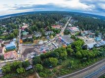 Die Mitte des Dorfs von der Höhe des Vogelfluges Stockfoto