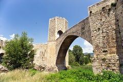 Die mittelalterliche Brücke in Besalu lizenzfreie stockfotografie