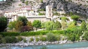 Die mittelalterliche Stadt von Entrevaux und von Var-Fluss, Frankreich stock footage