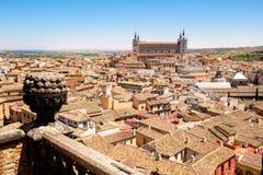 Die mittelalterliche Stadt von Toledo in Spanien mit dem Alcazar, der die alte Stadt übersieht Lizenzfreie Stockfotos