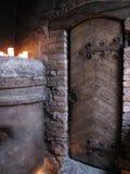 Die mittelalterliche Tür und die Kerzen Lizenzfreie Stockfotografie
