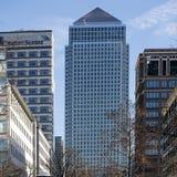 Die mittlere Nachmittagsansicht von Canary Wharf London vertreten von der Gegenseite der Themses Stockbild