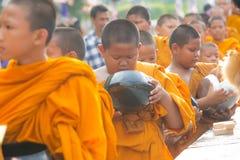 Die Mönche warteten auf recive Lebensmittel Stockfoto
