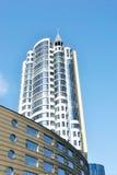 Die moderne Architektur. Das hoch weiße Gebäude Lizenzfreies Stockbild