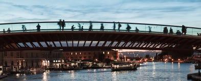 Die moderne Brücke in Venedig bei Sonnenuntergang mit Schattenbildern von den Touristen, die eine neue Brücke - niedriges leicht- stockbild