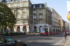 Die moderne Tram und auf den Straßen von Wien Stockbild