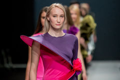 Die Modeschau Pierre Cardin in der Moskau-Mode-Woche mit Liebe für Russland-Fall-Winter 2016/2017 Lizenzfreie Stockfotos