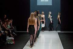 Die Modeschau Pierre Cardin in der Moskau-Mode-Woche mit Liebe für Russland-Fall-Winter 2016/2017 Lizenzfreies Stockbild