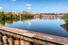 Die Moldau-Fluss, Ansicht von der Brücke, Prag, Tschechische Republik Lizenzfreies Stockfoto