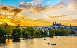 Die Moldau-Fluss mit Booten, Prag, Tschechische Republik lizenzfreies stockbild