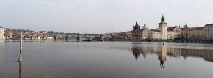 Die Moldau-Fluss und Charles-Brücke Lizenzfreie Stockfotos