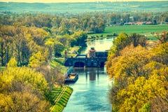 Die Moldau-Hochwasserschutzverdammung in melnik Luftsommer stockbilder