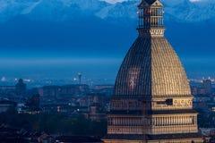 Die Mole Antonelliana mit Granatsfarben Torino FC Stockbilder