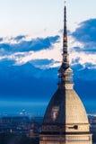 Die Mole Antonelliana mit Granatsfarben Torino FC Lizenzfreies Stockfoto