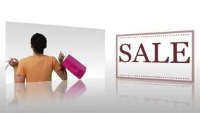 Die Montage, die Frauen mit Einkaufstaschen nahe bei einer Platte mit dem Wortverkauf zeigt, druckte auf ihr stock video footage