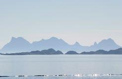 Die Montierungen von Austvagøya früh morgens Lizenzfreie Stockfotos