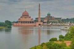 Die Moschee mit einem Minarett und der Palast des Sultans auf den Banken des Sees Lizenzfreie Stockbilder