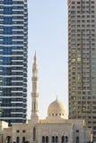 Die Moschee zwischen zwei Wolkenkratzern Lizenzfreie Stockbilder