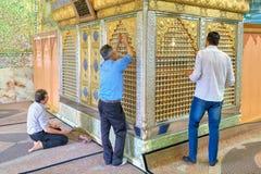 Die moslemischen schiitischen Männer, die Innere beten, spiegelten Moschee, Shiraz, der Iran wider Lizenzfreie Stockbilder