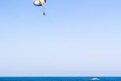 Die Motorboot gerollten Touristen auf einem Fallschirm Lizenzfreie Stockfotos