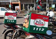 Die Motorräder Pizza Company benutzt für Lieferungspizza und andere Nahrungsmittel in Nong Khai, stockfotografie