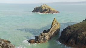 Die Mouls-Insel weg von Pentire-Punkt, Cornwall stock footage