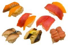 Die multi Sushi im japanischen Restaurant auf weißem Hintergrundisolator Lizenzfreie Stockfotos