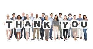 Die multiethnische Gruppe von Personen, die Buchstaben hält, danken Ihnen stockbild