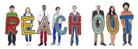 Die multiethnische Gruppe von Personen, die Buchstaben hält, erreichen heraus Stockbilder