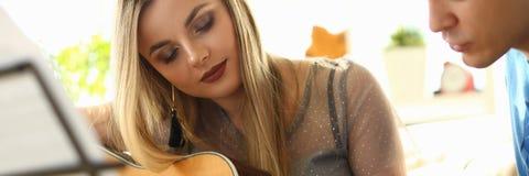Die Musik, die Lektions-Liebhaber spielt, verbindet am Wohnzimmer stockfotos