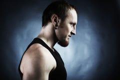 Die muskulöse Mannesrückseite auf schwarzem Hintergrund Lizenzfreie Stockfotografie