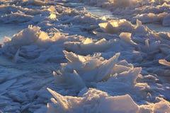 Die Muster gemacht durch den Frost auf dem gefrorenen Pool Stockfoto