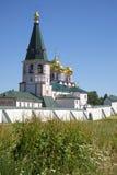 Die Mutter Glockenturm Iversky Svyatoozersky der Gott-Klosternahaufnahme, Juli-Tag Valday, Russland Stockfotografie